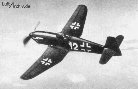 Uno de los He 100D, en vuelo, pintado con las marcas de escuadrilla nocturna. (http://www.luftarchiv.de)