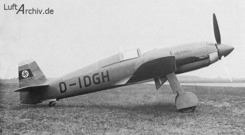 A pesar de problemas de vuelo, debido a su elevada carga alar, el He 100 era un avión muy veloz. Con este prototipo V8, el piloto de pruebas Hans Dieterle alcanzó el 30 de marzo de 1939 la sensacional velocidad de 746,61 km/h, lo cual no evitó, en cualquier caso, la cancelación del proyecto de fabricación masiva. (http://www.luftarchiv.de).