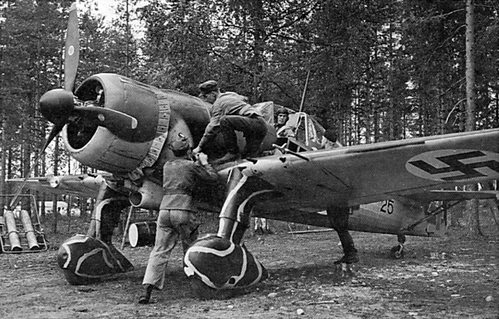 Personal de tierra trata de poner en marcha el motor Twin Wasp del Fokker D.XXI FR-125 perteneciente al 2/LLv 30, el 9 de Julio de 1941, al inicio de la Guerra de Continuación, con el Segundo Teniente Oiva Louko sentado en la cabina. Los finlandeses se vieron obligados a instalar los motores Pratt & Whitney R-1535 Twin Wasp Junior de 825 caballos cuando el suministro de los Bristol Mercury fue interrumpido (SA-kuva)