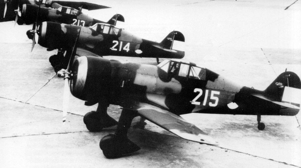 Los cuatro primeros ejemplares del D.XXI para la Aviación Holandesa posan alineados en Schiphol el 29 de agosto de 1938, con el fin de impresionar a una cada vez más agresiva Alemania, aunque ninguno de los aviones estuviera armado. (T Postma)