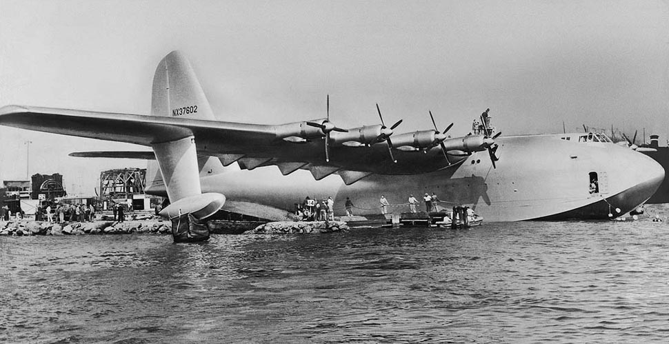 El Spruce Goose, listo para iniciar su primer vuelo en el puerto de Long Beach, el 2 de noviembre de 1947 (http://palmflying.com)