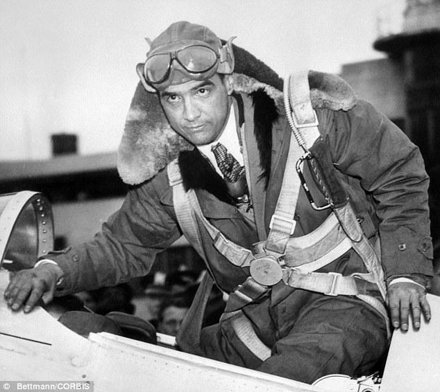 Howard Hughes desciende de su avión H-1 Racer, con el que obtuvo varios récords de velocidad entre 1935 y 1937 (www.phactual.com).