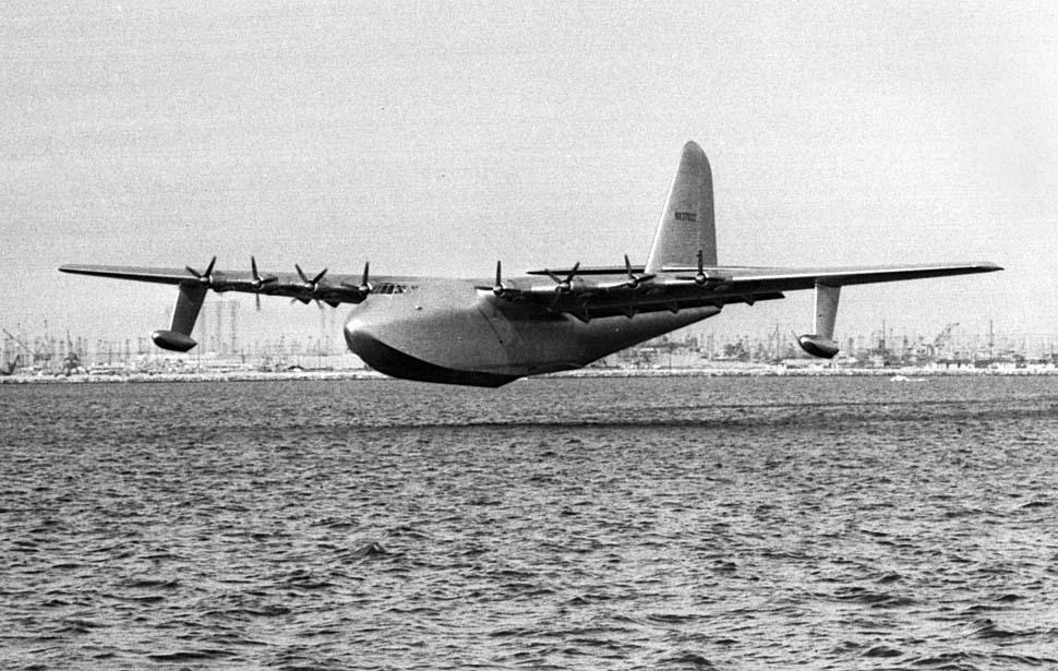"""2 de noviembre de 1947: El Hughes Aircraft H-4 Hercules """"Spruce Goose"""" levante el vuelo Long Beach. La foto fue publicada al día siguiente en LA Times (https://latimesphoto.files.wordpress.com)"""