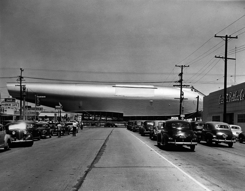 28 Jun 1946, Long Beach, California,. Traslado del gigantesco casco del Hercules desde su planta de Culver City hasta Long Beach. (© Bettmann/CORBIS http://static.eluniversal.com)