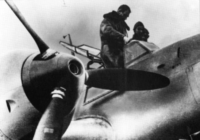 El Reichsleiter Rudolf Hess se prepara en las instalaciones de la Messerschmitt en Augsburgo para subir al Bf 110 que lo llevaría a Escocia (http://warfarehistorynetwork.com).