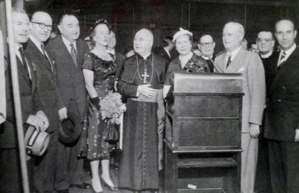 20 de junio de 1954. El cardenal Spellman posa, tras la bendición del avión, junto a directivos de Iberia y al Embajador español, José Félix de Lequerica, situado el tercero por la izquierda (Archivo Felipe Ezquerro)