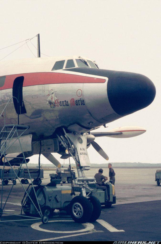 """El EC-AIN """"Santa María"""", fotografiado en el aeropuerto alemán de Düsseldorf, en 1962. Obsérvese como ya ha sido actualizado al estándar -G, mediante la adopción de los wing tip tanks, así como del radar meteorológico Bendix RDR-7 en el morro. En aquella época los Constellation ya se habían retirado de las rutas atlánticas, en favor de los reactores. (Günter Grondstein / Airliners.net)"""