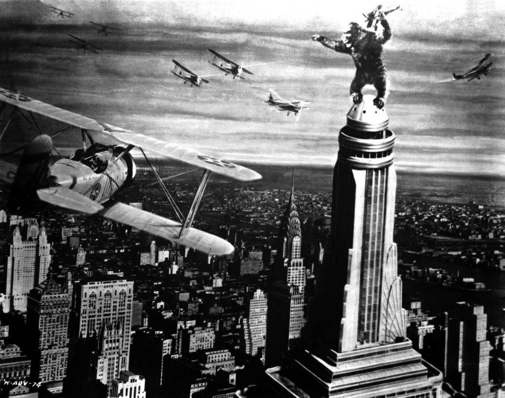 Los componentes protagonistas de una de las escenas míticas de la Historia del Cine: King Kong, los Curtiss Helldiver de la Armada y el fabuloso Empire State Building (Arts/New York Public Library - http://historiadelosrascacielosdenuevayork.blogspot.com.es)
