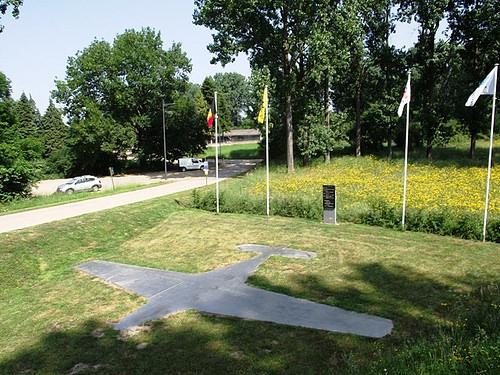 Silueteado en el suelo, este original monumento rememora el lugar en que se estrelló el Taifun de Hoenmans y Reinberger (https://bocinsdelahistoria.files.wordpress.com)