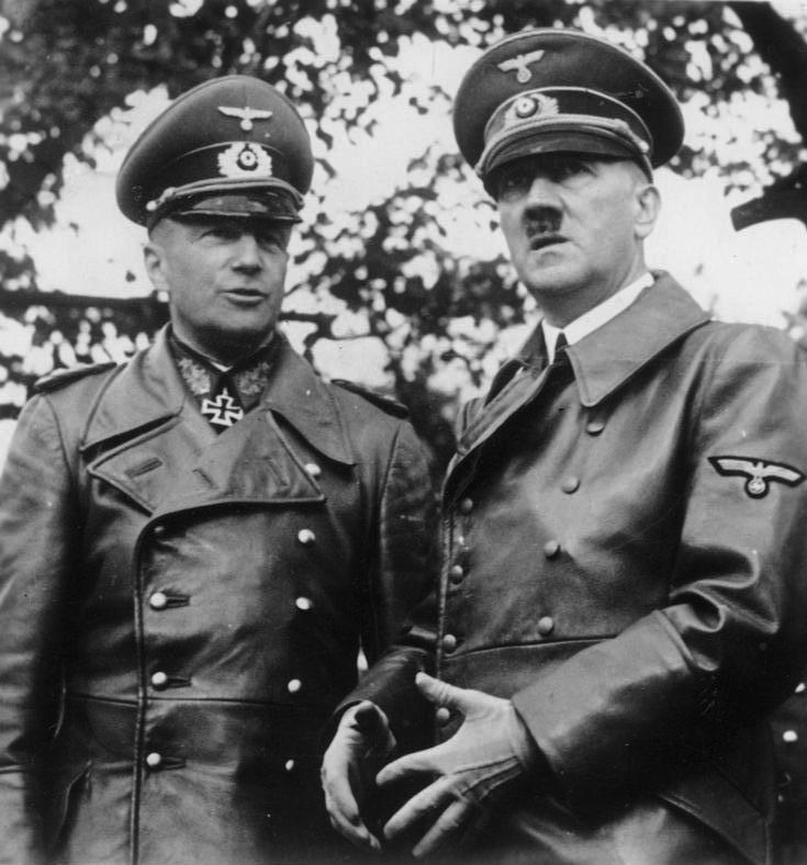 Adolf Hitler junto Walter von Brauchitsch, comandante en jefe del OKH (Alto Mando del Ejército). Ambos discutieron furiosamente debido a las posibilidades de éxito del Fall Gelb. A raíz del Incidente Mechelen, finalmente fueron modificados y cumplidos exitosamente. (Deutsches Bundesarchiv).
