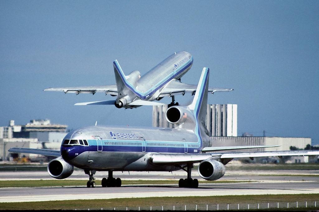 El supuesto avión embrujado de Eastern, el L-1011 N318EA, carretea en el aeropuerto de Miami. lsito para el despegue, mientras otro TriStar de la compañía se encuentra justo en el despegue. (Don Boyd of Sun Bird Photos)