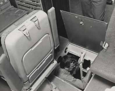 Trampilla de acceso a la bodega de aviónica en el cual había un visor óptico que podía usarse para ver el tren de aterrizaje. El acceso a dicho pozo se encontraba bajo el suelo del cockpit. (Jim Birmingham of the Miami Herald)