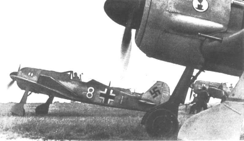 """Varios Fw 190 del Jagdgeschwader 2 inician el carreteo antes del despegue, encabezados por el A-2 """"8 Blanco"""" del jefe de escuadrilla. La foto está tomada en el aeródromo francés de Théville, en junio de 1942 (http://www.warbirdphotographs.com)"""