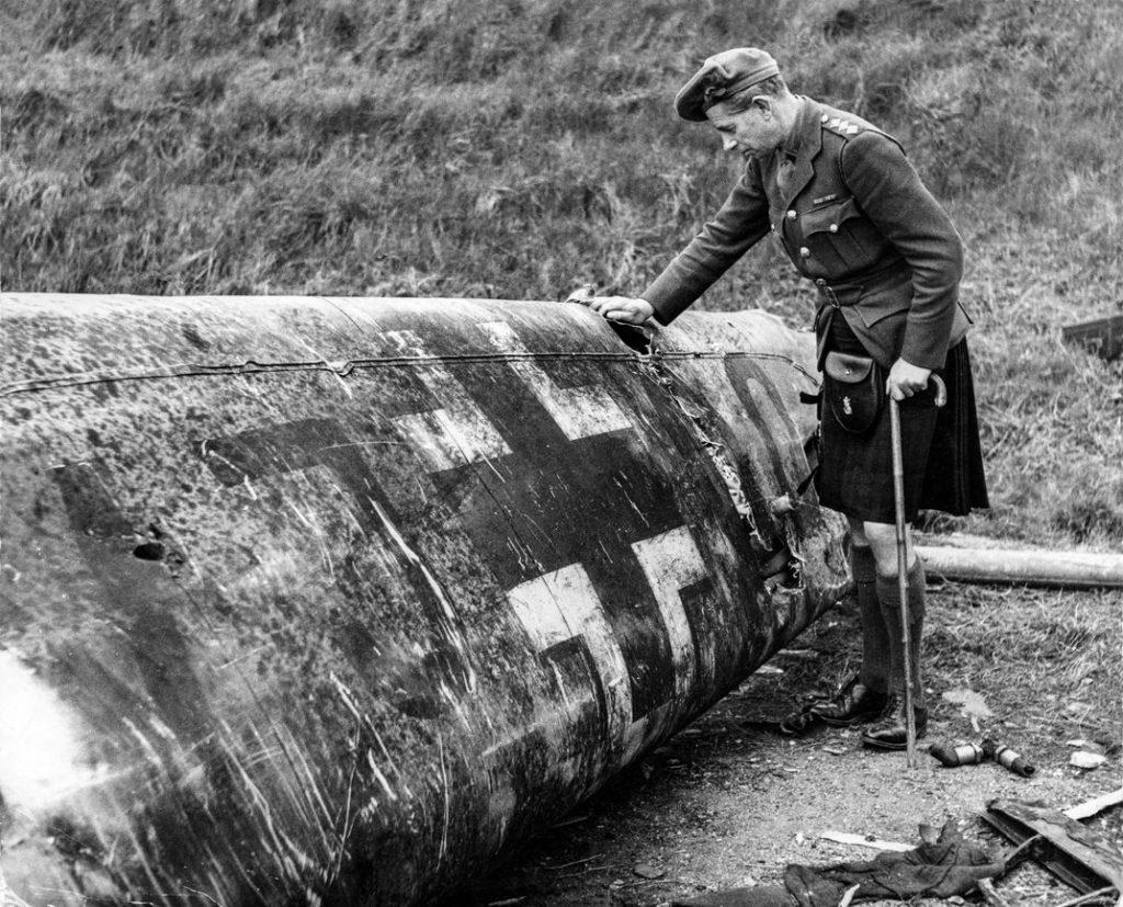 Un oficial escocés observa los restos del fuselaje del avión de Hess. Pueden verse claramente las marcas de la matrícula VJ+OQ (Camera Press/REDUX by www.smithsonianmag.com).