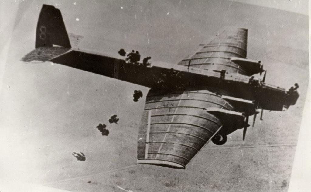 Tropas paracaidistas procediendo a saltar de un TB-3 4M-17. (www.tupolev.ru)