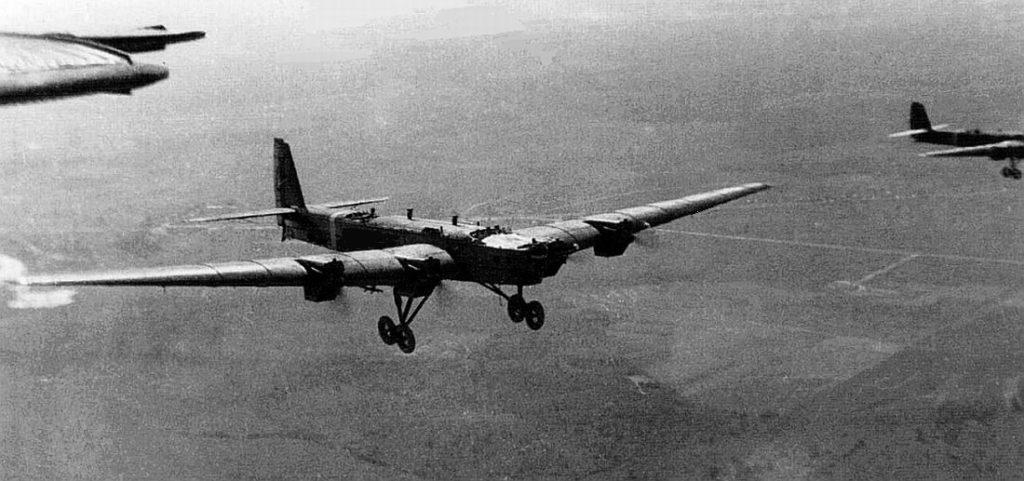 TB-3 con motores M-17 volando en formación. El avión lleva el tren de aterrizaje de doble rueda de las últimas series. Las bandas de identificación en el fuselaje indica que la foto se tomó durante unas maniobras militares de preguerra (Yefim Gordon Archive).