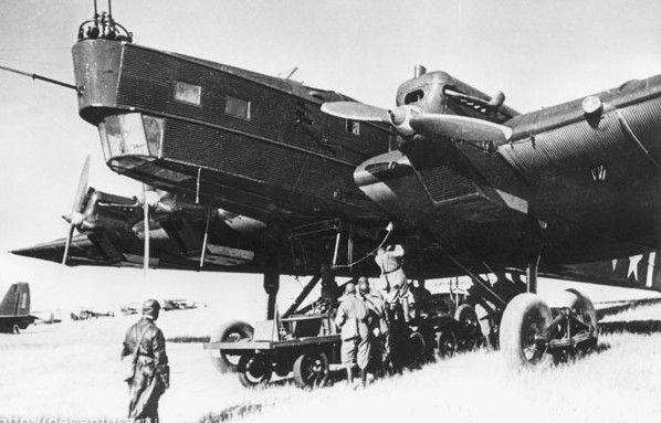 Bajo la atenta mirada de su piloto, ataviado con uno de los trajes de vuelo de cuero usuales en los años treinta, personal de tierra iza bombas a bordo de este TB-3 4M-17 (Yefim Gordon Archive).
