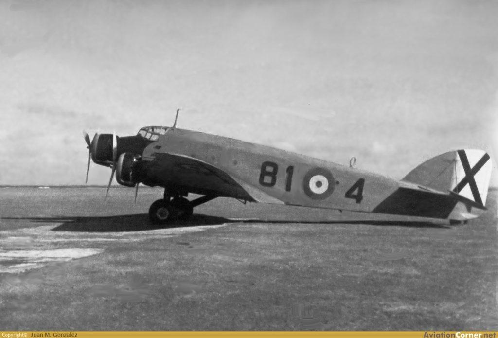 Un SM.81, ya desprovisto de armamento defensivo y de los carenados en el tren de aterrizaje, estacionado en la Base de San Javier, hacia 1945. Ya porta los numerales 81-4, indicando su pertenencia a la Academia General del Aire (Juan M. González / AviationCorner.net).