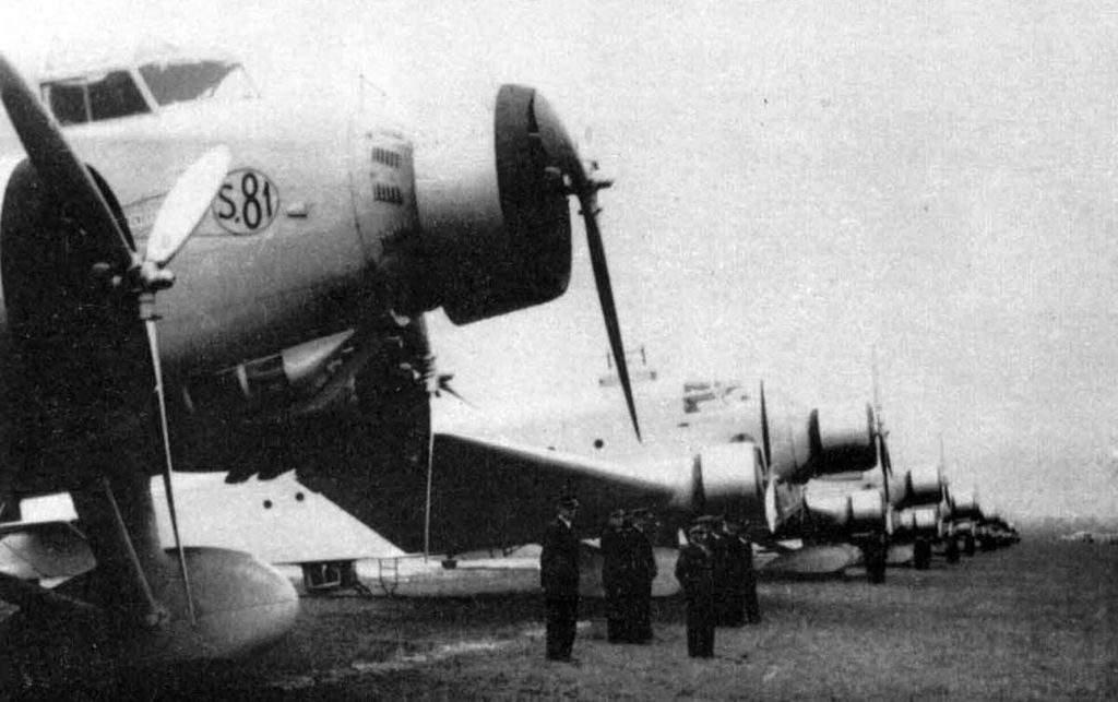 Tripulaciones italianas frente a sus nuevos SM.81, cuando a mediados de los treinta era un avión muy moderno. Los transportes italianos iban pintados en esta época en crema o metalizado, con los colores nacionales en el timón (ww2aircraft.net).