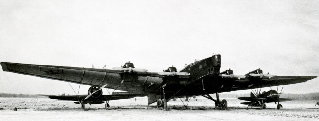 Un TB-3 Zveno SPB, con dos Polikarpov I-16SPB colgando bajo los planos. Las configuraciones Zveno incluyeron composiciones de uno, dos, tres e incluso cuatro aviones parásitos.