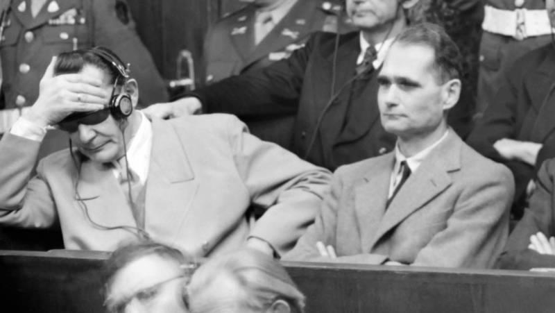 Hess, sentado junto al Reichsmarschall Hermann Göring, durante los Juicios de Nüremberg, en 1946.