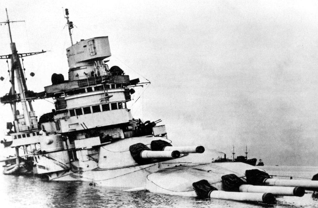 El acorazado Conte di Cavour, hundido en aguas poco profundas en Tarento. Tras ser alcanzado por un solo torpedo, fue reflotado y remolcado a Trieste para su reparación pero jamás volvió a entrar en servicio.