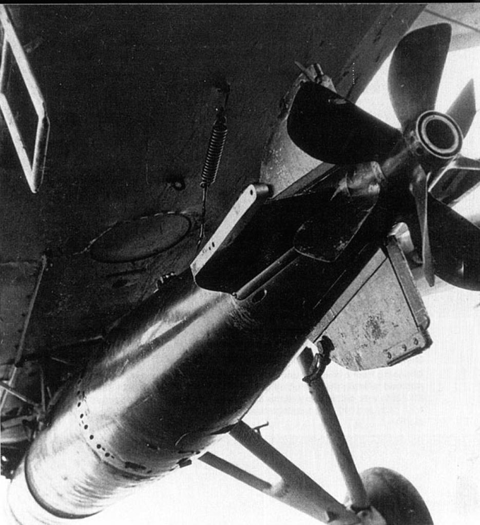 Espectacular vista de la panza de un avión Swordfish con la posición del torpedo Mk.XII y el mecanismo de suelta del mismo. Este mortífero ingenio llevaba una cabeza de guerra de 211 kilos TNT (http://www.lasegundaguerra.com).