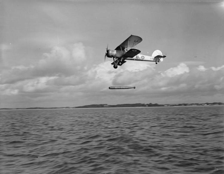 Un Fairey Swordfish en una foto propagandística, mostrando el instante justo de la suelta del torpedo (www.armouredcarriers.co).