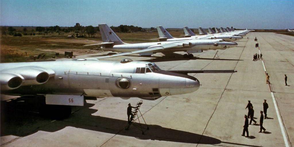 Impresionante línea de vuelo formada por bombarderos Myasishchev 3MS-1 y cisternas 3MS.