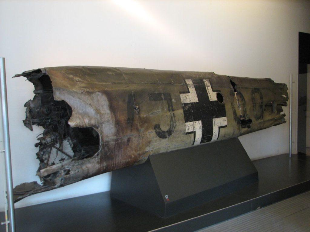 Una parte del fuselaje del Messerschmitt de Hess, tal como se conserva (junto a uno de los dos motores DB 601) en el Imperial War Museum.