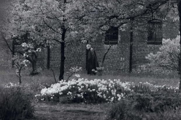 Un anciano Rudolf Hess pasea en solitario por el jardín de la prisión de Spandau.