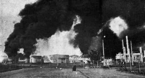 Incendios en la refinería del puerto salvadoreño de Acajutla, provocados por la aviación hondureña.