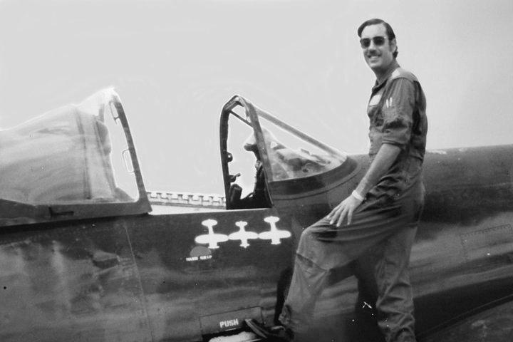 El Capitán Fernando Soto ante su Corsair F4U-5N, matrícula FAH 609, luciendo orgulloso la marca de tres aviones derribados durante los combates. Fueron los último derribos entre cazas de pistón de la Historia de la Aviación. El avión se conserva en el Museo del Aire de Honduras.