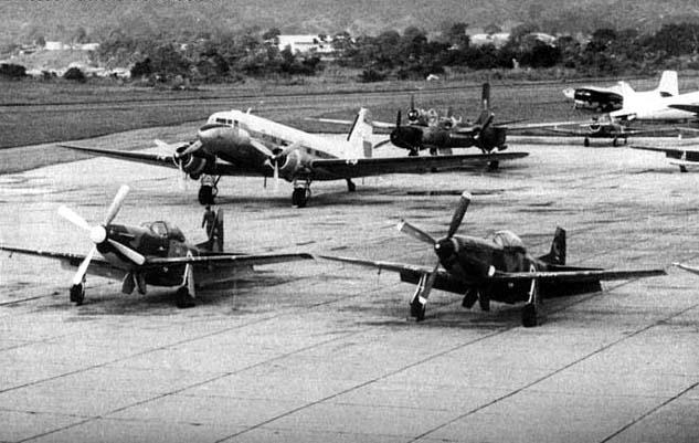 Dos Mustangs, un C-47 y un B-26 salvadoreños estacionados en Ilopango (FAS).