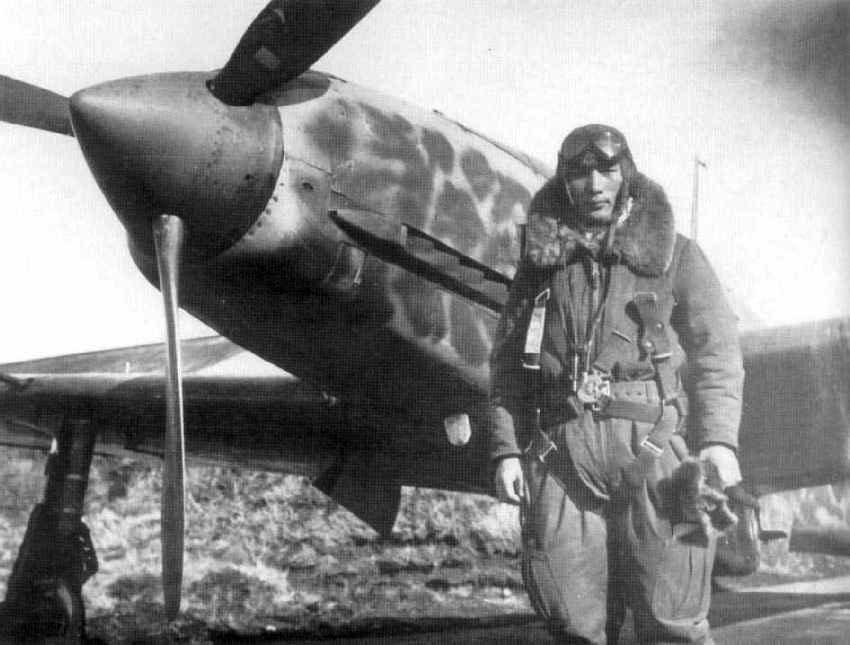 l Capitán Teruhiko Kobayashi posa delante de su Kawasaki Ki-61-I Hien,en el aeródromo de Chofu. Su unidad, el 244º Sentai era una de las unidades más veteranas dedicadas a la protección del espacio aéreo nipón.