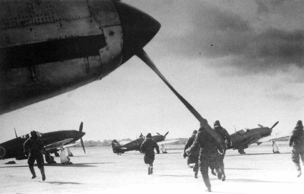 Pilotos del 56º Sentai corren hacia sus Ki-61 tras otra alarma aérea por la aproximación de B-29: Esta unidad realizaba tanto misiones diurnas como nocturnas con los Hien, aunque éstas últimas eran voladas por los pilotos más experimentados en aviones con equipamiento adicional (Yasuho Izawa / Osprey Publishing).