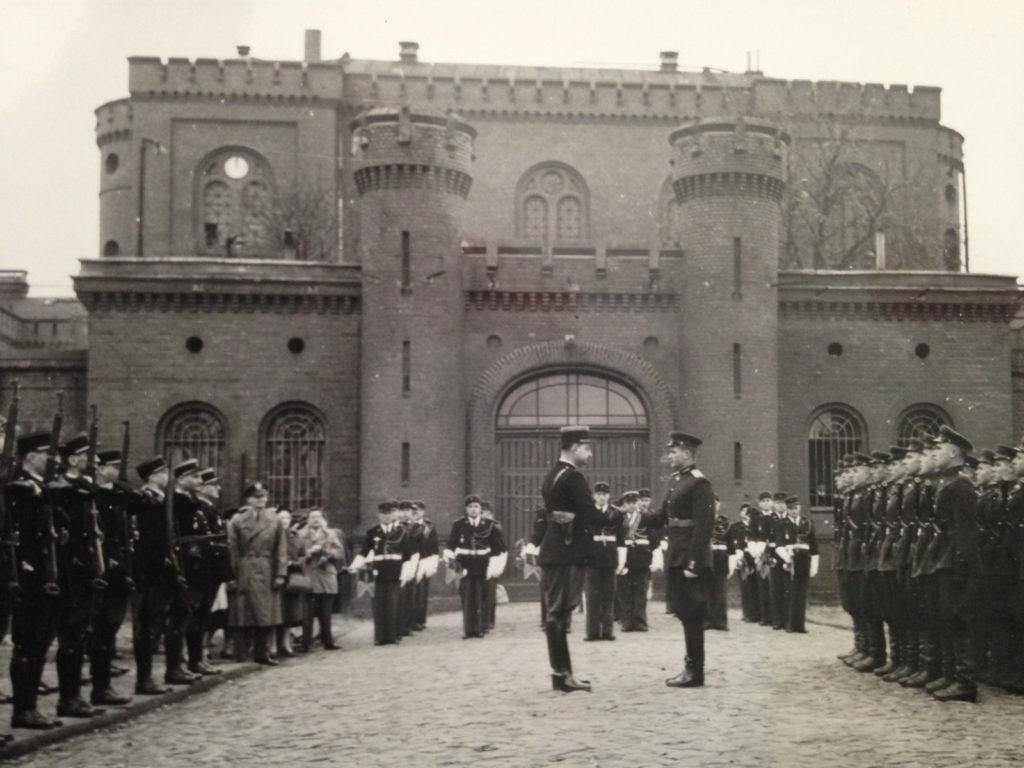 Guardias franceses relevan a sus contrapartes soviéticos en una ceremonia protocolaria a las puertas de la prisión berlinesa de Spandau. La custodia de esta simbólica cárcel fue confiada a las cuatro principales potencias vencedoras surgidas en 1945 (http://philippepoisson-hotmail.com.over-blog.com).
