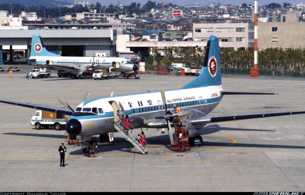 Dos NAMC YS-11A-200 operados por All Nippon, estacionados en el aeropuerto Itami de Osaka, en marzo de 1975 (Malcolm Wilson / Airliners.net)