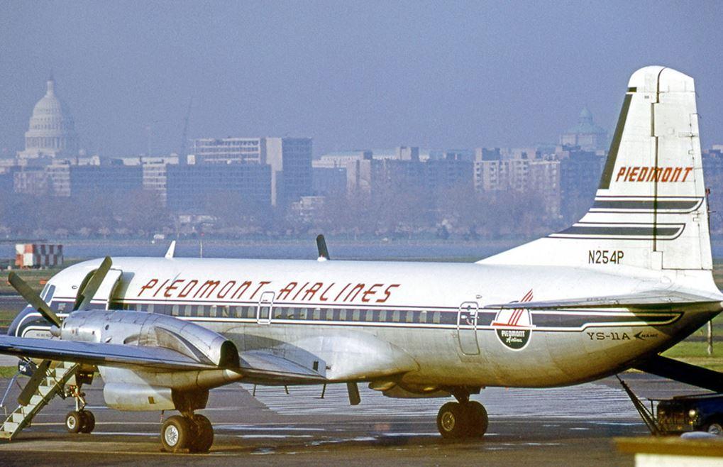 NAMC YS-11A-205 operado por Piedmont Airlines y matrícula N254P estacionado en el Washington National en 1972. Piedmont llegó a operar 23 aviones de este modelo y fue quizá el mayor éxito comercial para NAMC (www.yesterdaysairlines.com).