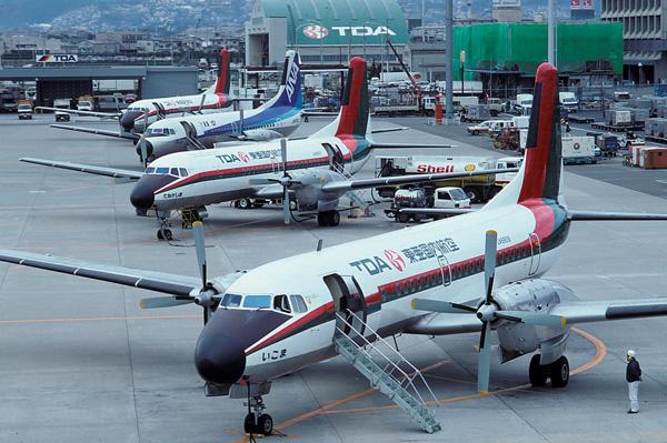 Gran imagen de la rampa a finales de los ochenta del aeropuerto Itami de Osaka. Tres ejemplares de YS-11 operados por la regional TDA (Toa Domestic Airlines) y un cuarto ejemplar con la librea de ANA (Yoshiaki Hoshina/keymountain.nl).