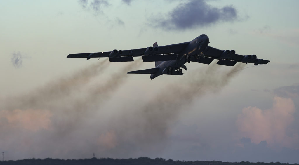 Un B-52H Stratofortress perteneciente al 20th Expeditionary Bomb Squadron, despega desde la base de Andersen, en Guam, para iniciar un vuelo de rutina dentro del operativo Continuous Bomber Presence (CBP), sobre el sureste de Queensland, Australia, en junio de 2018. (U.S. Air Force photo by Master Sgt. Richard P. Ebensberger).
