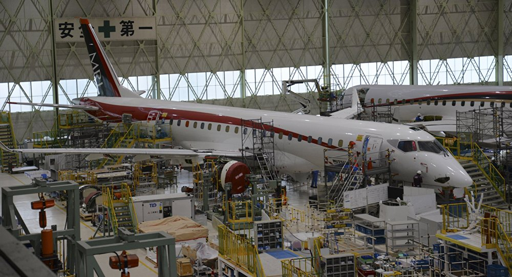 El primer prototipo del MRJ90 en la planta de montaje de Mitsubishi, a mediados de 2015 (© AP Photo / Mitsubishi Aircraft Corp.).