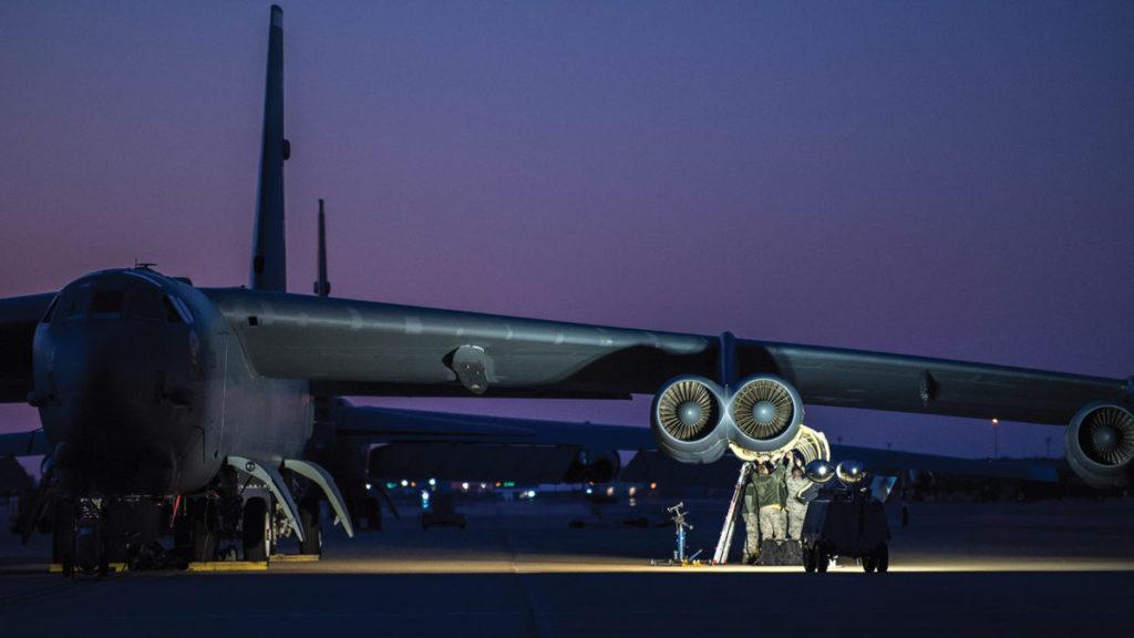 Personal de tierra en labores de mantenimiento de dos de los ocho motores TF33 de un B-52H Stratofortress estacionado en la Base Aérea de Barksdale (Luisiana). Estos veteranos turborreactores exigen un mantenimiento exhaustivo, establecido cada 450 horas de vuelo. Se estima que hacia 2030 estos turbosoplantes habrán alcanzado el final de su vida útil por lo que se plantea remotorizar los aparatos aun en servicio, verdaderos dinosaurios de la historia de la aviación (aerospaceamerica.aiaa.org / U.S. Air Force).