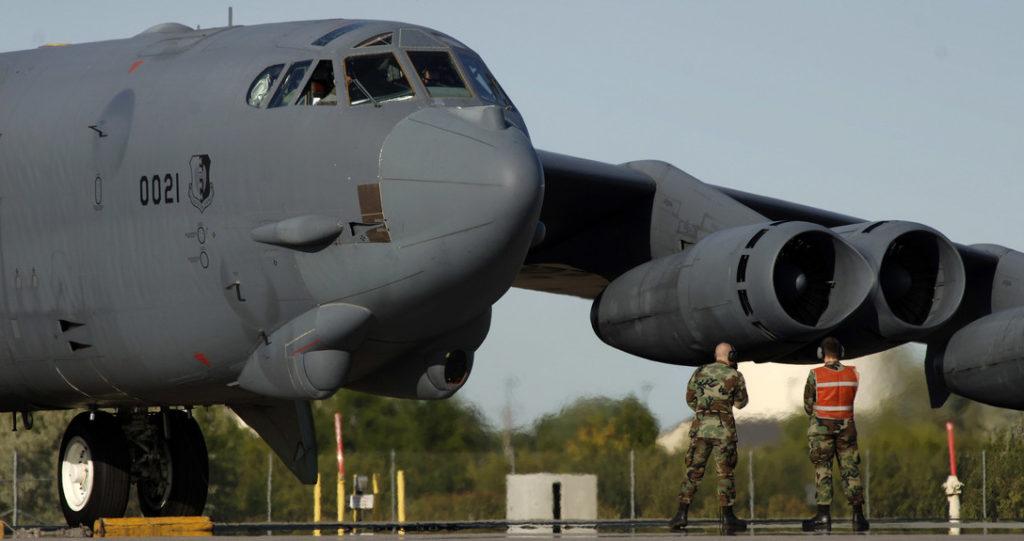 Personal de tierra supervisan el complejo proceso de puesta en marcha de los motores de un B-52H en la Base Aérea de Minot, en Dakota del Norte. Mediante un APU externo, los motores 3 y 4 son los primeros en ser arrancados (U.S. Air Force photo/Master Sgt. Lance Cheung)