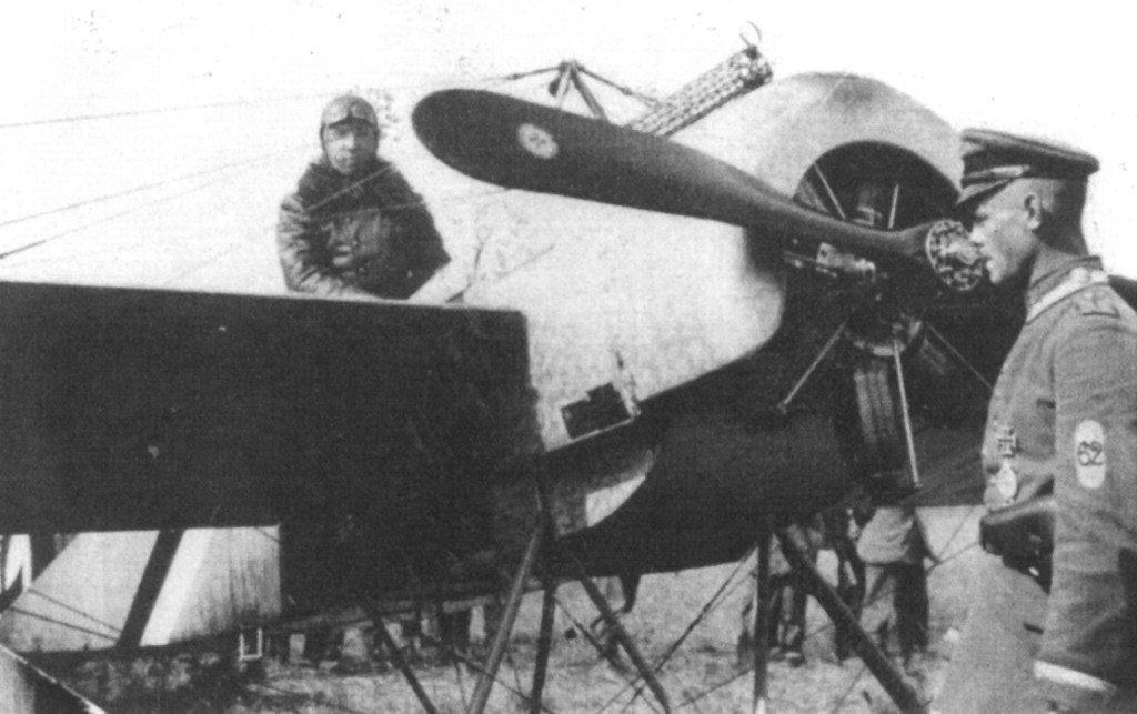 """Max Immelmann, """"Der Adler von Lille (El Águila de Lille)"""", a bordo de su primer Eindecker, el 13/15. Obsérvesen los restos de pólvora bajo la ametralladora Spandau. Immelmann consiguió 17 derribos con el monoplano de Fokker, hasta su muerte el 18 de junio de 1916. Es considerado el primer as alemán."""