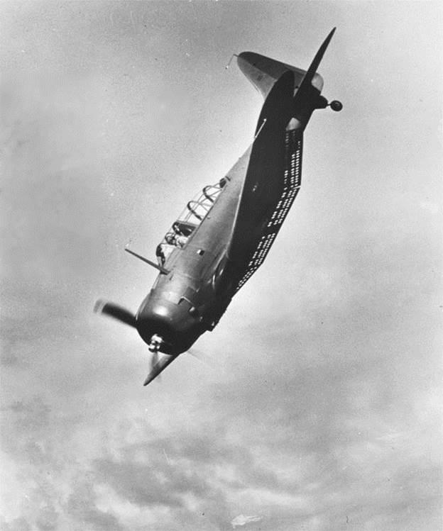 Un SBD Dauntless mostrando sus frenos de picado desplegados. La característica superficie perforada aumentaba la resistencia aerodinámica y se abrían en tres secciones, a criterio del piloto, para usarlos como hipersustentadores o aerofrenos (US Navy / www.pearlharboraviationmuseum.org).
