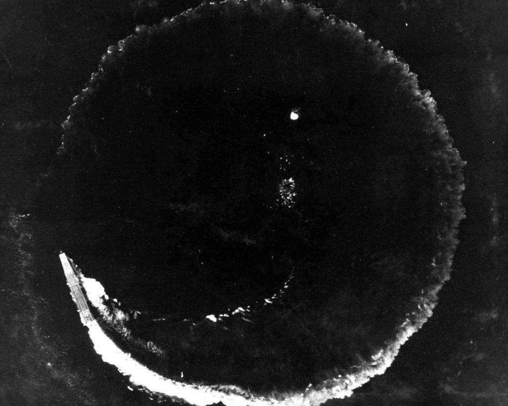 El portaaviones japonés Soryu, con toda la caña metida a estribor, describe un giro completo para esquivar las bombas lanzadas a gran altura desde Fortalezas Volantes B-17, en la mañana del 4 de junio de 1942 (www.history.navy.mil).