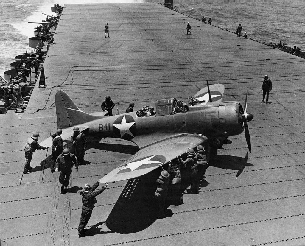 Un SBD Dauntless del VB-8 se prepara para el despegue a bordo del USS Hornet, durante la Batalla de Midway (US Navy Photo)