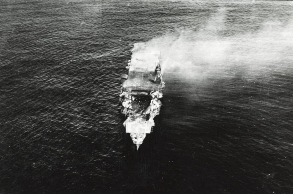 El Hiryu, totalmente detenido sobre el mar y en llamas, poco antes de hundirse. La cubierta de vuelo a proa ha desaparecido y se observa el destrozado hangar (U.S. Navy photo).