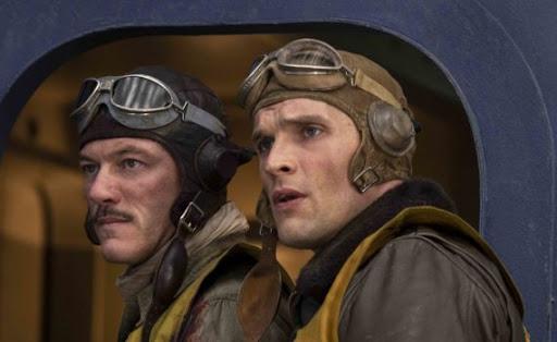 Luke Evans como el capitán de corbeta Clarence Wade McClusky junto a Ed Skrein / Richard Best. McClusky protagonizó, al mando del grupo VB-6, el decisivo ataque a los portaaviones japoneses (www.moviementarios.com).